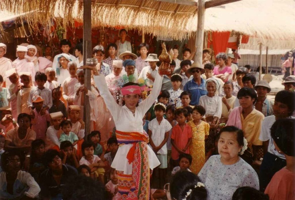 A nat kadaw at a nat festival in Mingun in 1989 (Photo: Wagaung)